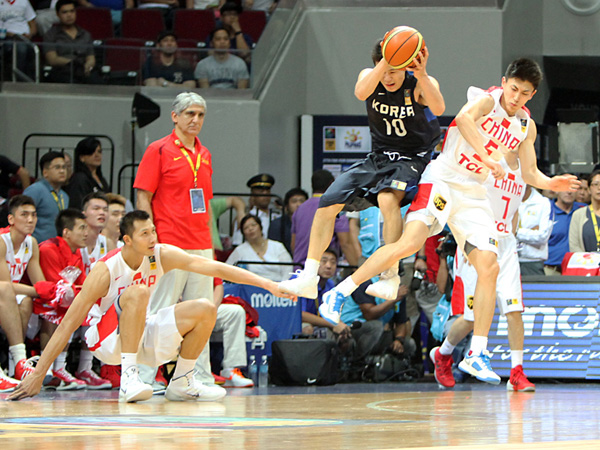 koreas-cho-sungmin-vs-liu-xiaoyu-and-yi-jianlian-2